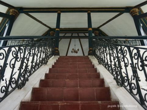 dua puluh anak tangga Bale Kambang