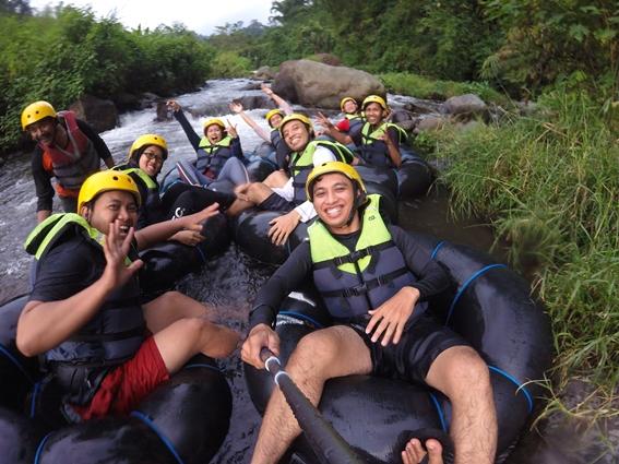rehat di tengah river tubing (pic by insanwisata.com)