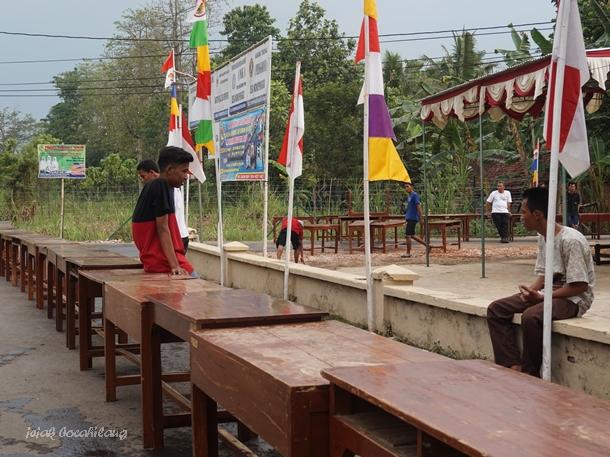 jajaran meja di depan Gedung Serba Guna Pringgodani
