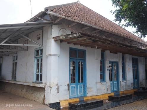 rumah tua di pinggir Jalan raya Wonopringgo